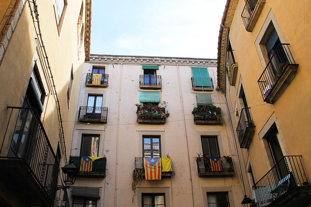 SEDVANLIG SKUE: Søte små balkonger, mange med det katalanske flagget. Foto: Hedda Bjerén