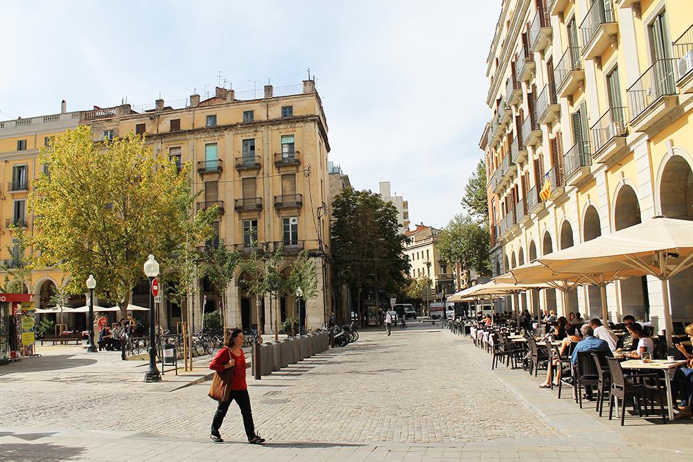 PLACA DE LA INDEPENDÈNCIA: På torget, Plaça de la Independència, er det et stort antall restauranter og ofte mye folk. Foto: Hedda Bjerén