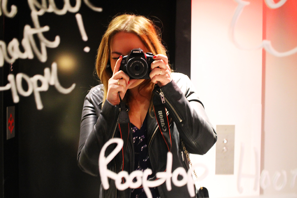 TENK KOFFERT HOS MAMA SHELTER: En liten selfie må til i et så dekorativt speil! Foto: Hedda Bjerén
