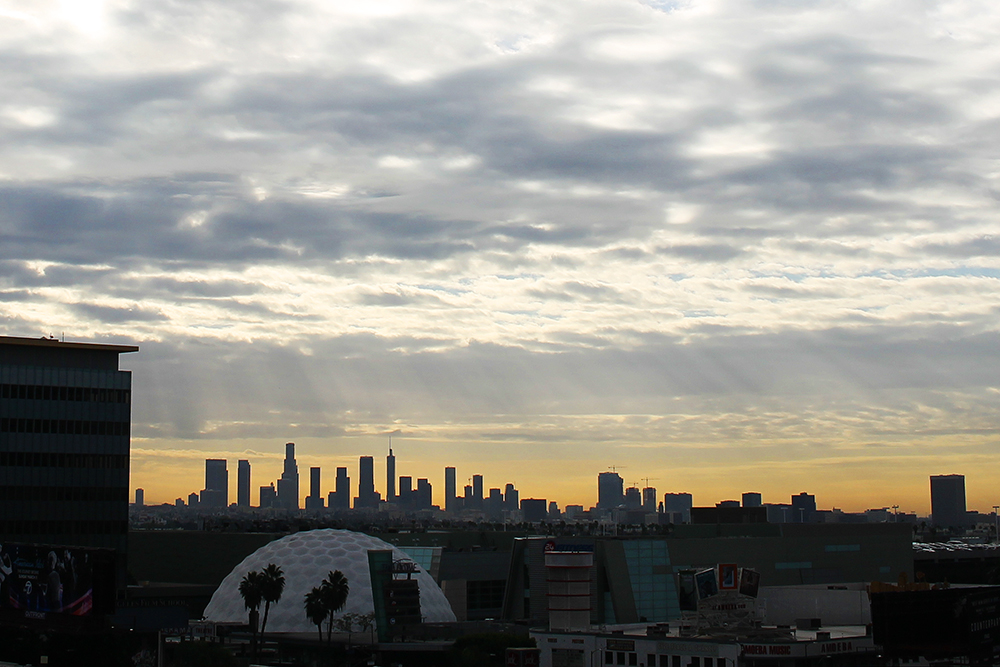 SKYLINE: Byens flotte skyline i soloppgang, sett fra Mama Shelters tak. Foto: Hedda Bjerén