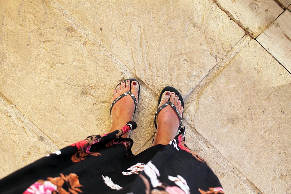 SOMMERFØLELSE: Sand på tærne gir umiddelbart følelse av sommer  –  men bildet er tatt i oktober. Fortsatt godt og varmt på Formentera da. Foto: Tenk Koffert