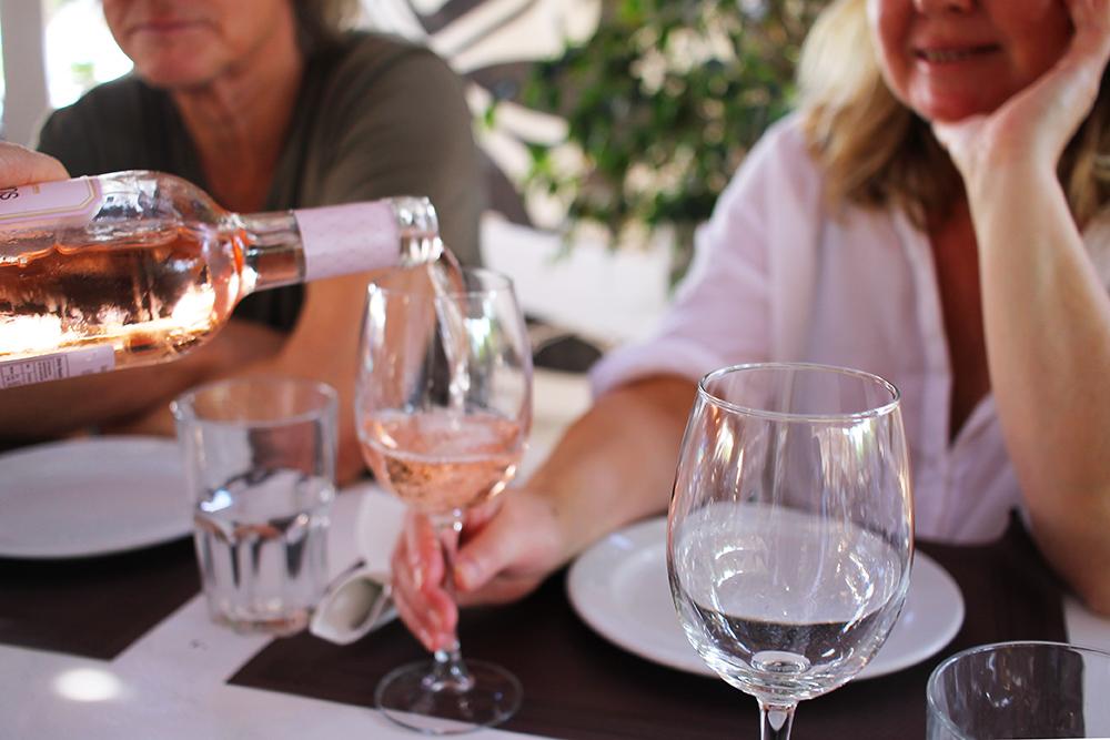 ET GLASS ROS, TAKK: På Kiosko el Pirata drakk vi deilig rosévin og til lunsj spiste vi den beste paellaen jeg har smakt. Foto: Tenk Koffert