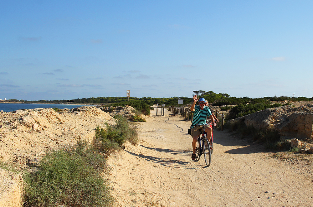 FINE STIER: Den lille øya har hele 32 sykkelstier som legger til rette for flotte turer i den vakre naturen. Foto: Hedda Bjerén
