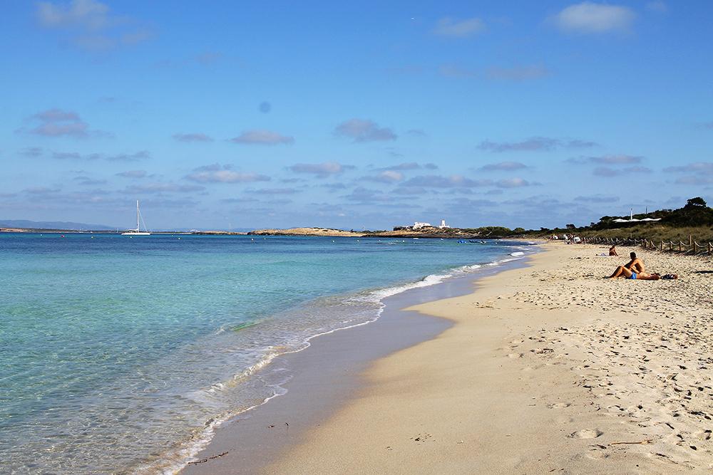 STRANDLIV PÅ FORMENTERA: Havet er turkist, sanden finkornet og badegjestene toppløse. Foto: Hedda Bjerén