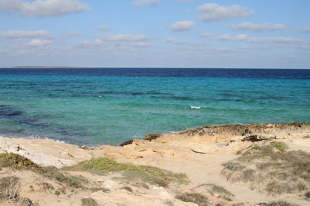 TURKIST: Formentera kan takke poseidonia for den vakre fargen som omgir øya. Foto: Tenk Koffert