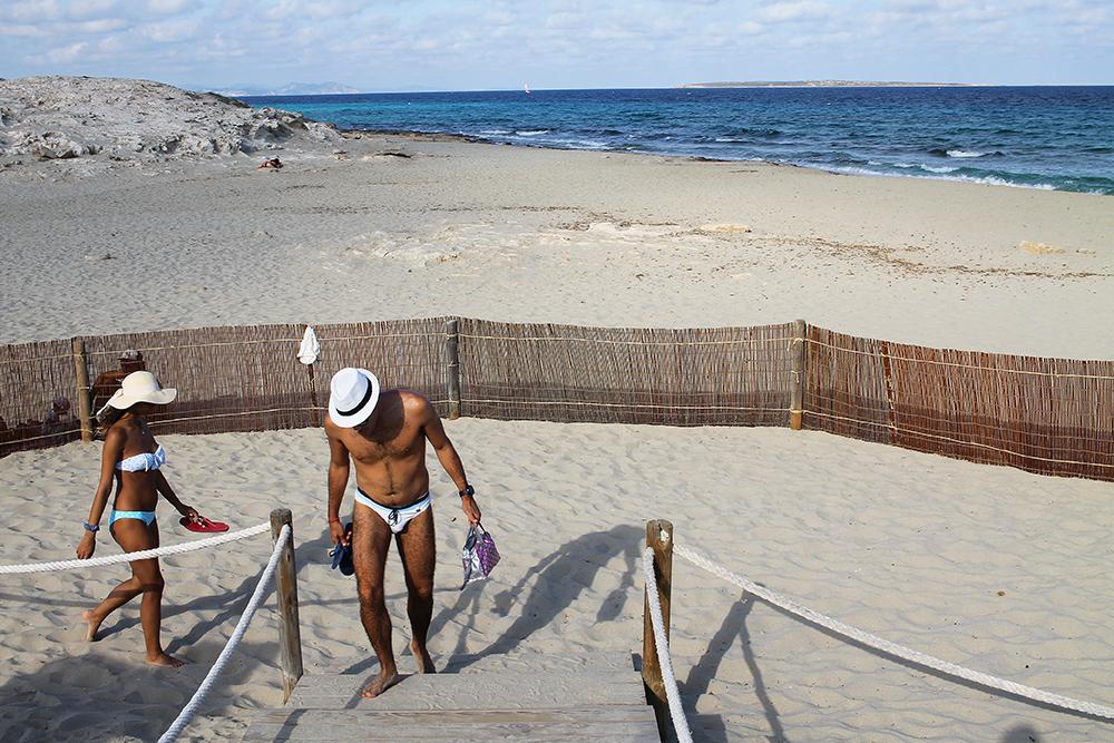 BEACH LIFE: Selv i oktober er det herlige badetemperaturer her. Foto: Hedda Bjerén