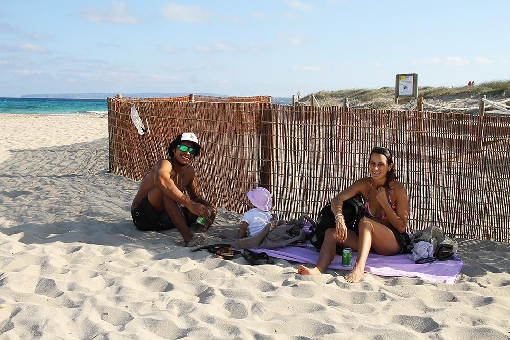 FORMENTERA FAMILY: Denne søte familien møtte jeg på en av Formenteras fantastiske strender. Foto: Hedda Bjerén