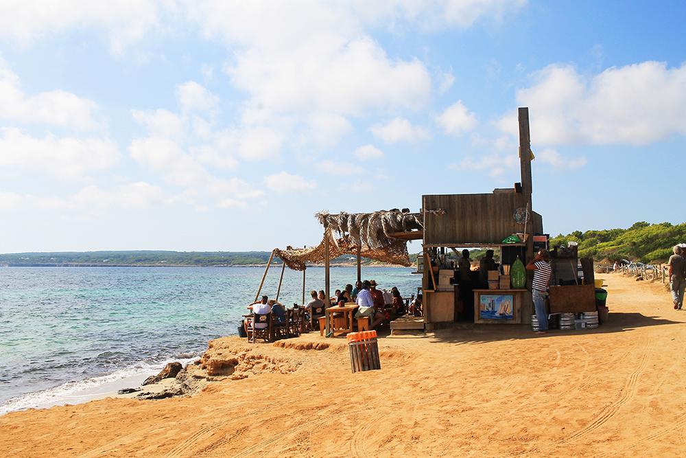 KIOSKO 62: For et sted! Herlig usnobbete og midt på stranda. Foto: Tenk Koffert