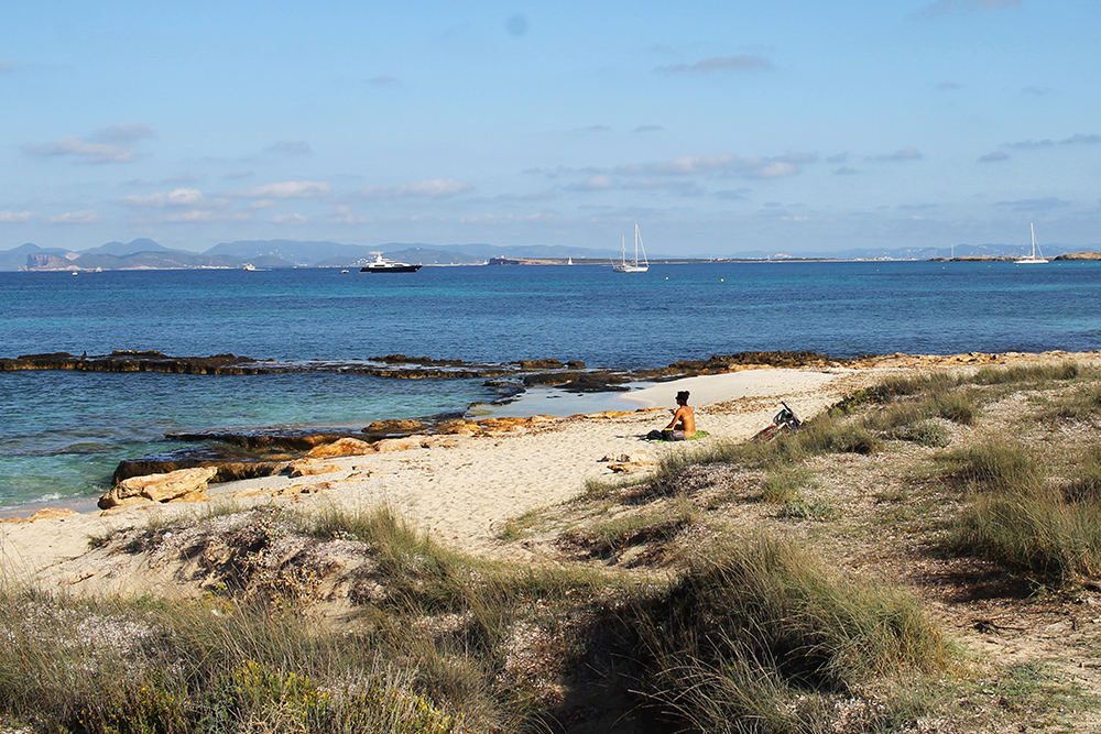 NAKENT: Her sitter en naken dame og slapper av. Helt normalt på Formentera! Foto: Tenk Koffert