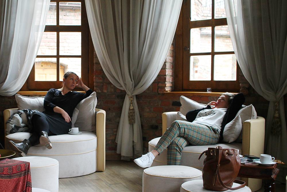 KLARE FOR SPA: Journalist Kristina og reiseblogger Ann-Mari fra bloggen  Alltid reiseklar  tar livet med ro på venteværelset, mens de venter på å bli ropt opp og det er tid for massasje. Foto: Hedda Bjerén
