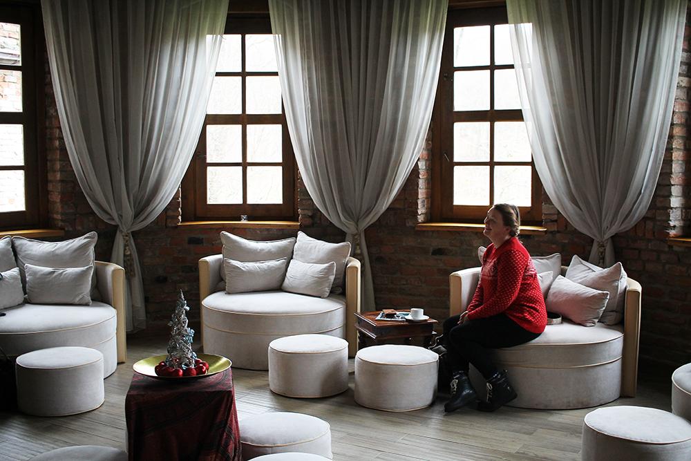 KLAR FOR Å TESTE SPAET: Annette fra  reisebloggen Travellingmunk  var en av de jeg reiste med til Dolina Charlotty. Her sitter hun og venter på sin spabehandling. Foto: Hedda Bjerén