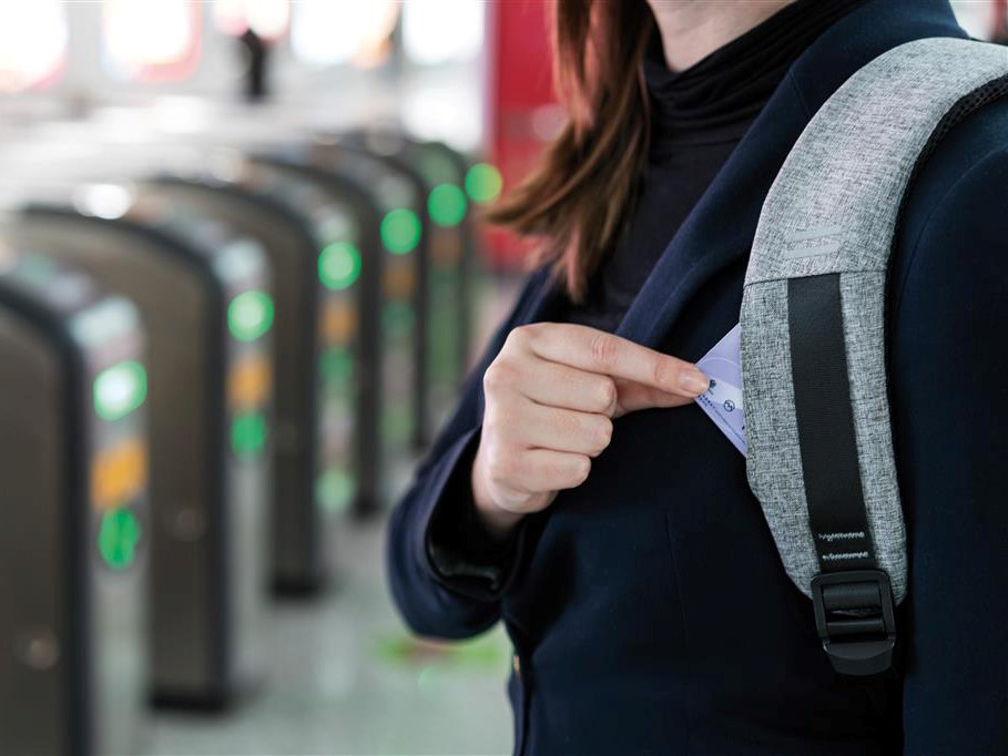 SKJULTE TALENTER: Ryggsekken har flere skjulte lommer, som likevel er praktiske og lette å nå for deg.