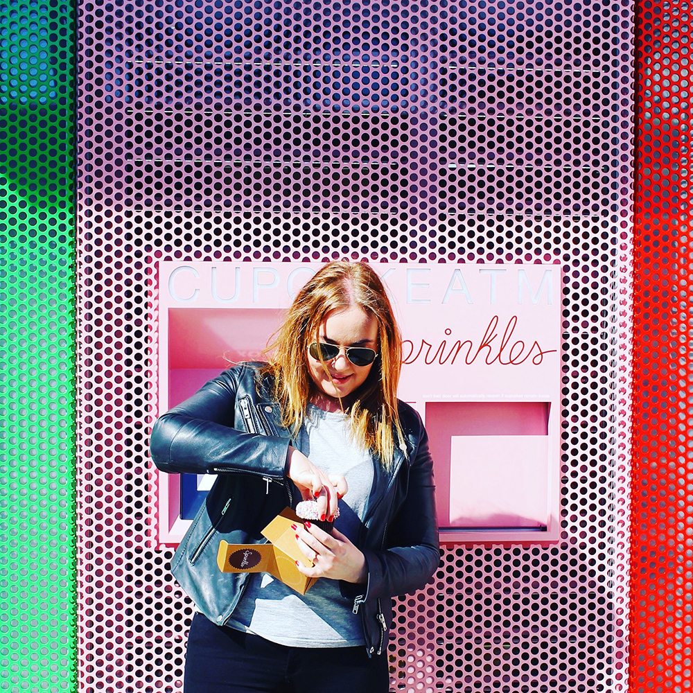 TENK KOFFERT I LOS ANGELES: Sprinkles Cupcake ligger på Santa Monica Boulevard i Beverly Hills. I tillegg til bakeri med kafé har de også en minibank du kan bestille cupcakes fra  24 timer i døgnet. Foto: Tenkkoffert.com