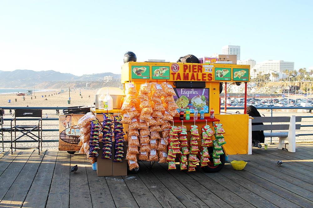 HERLIG JUNK: LA har så mye god og billig junkfood – og alt er lov å spise på ferie! Tamales på Santa Monica pier koster 5 dollar, og er gigantisk – her blir du mett! Foto: Hedda Bjerén