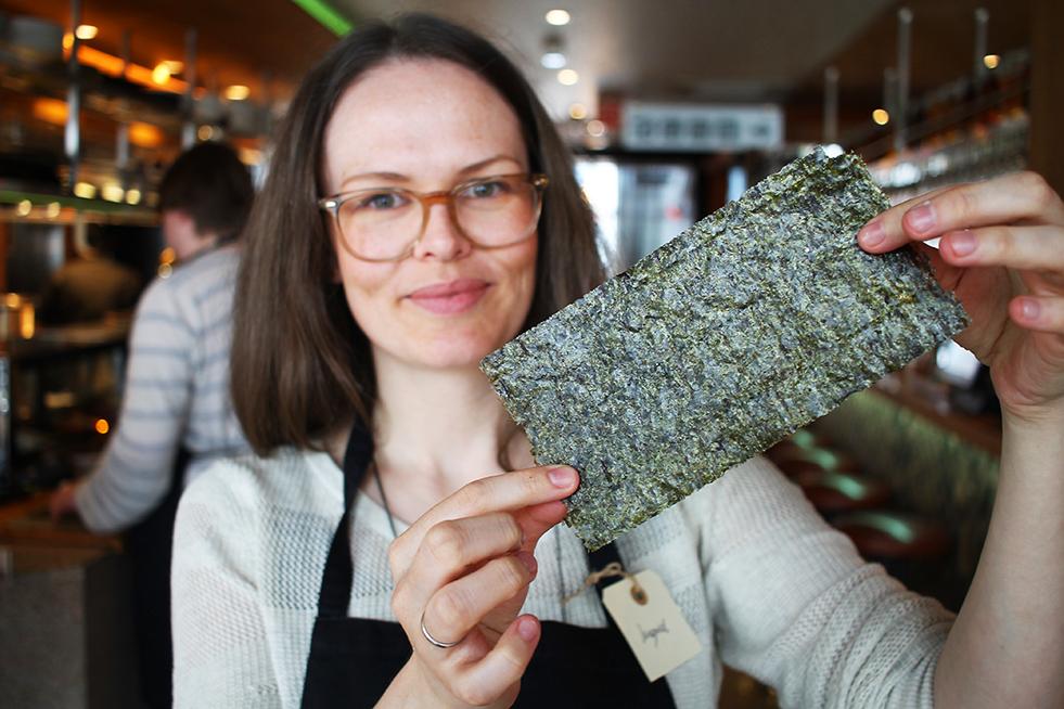 TANG: Ingrid viser fram tangen hun bruker for å lage maki. Foto: Hedda Bjerén