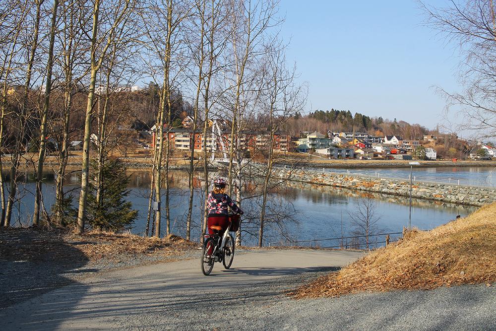 ELSYKKEL I LEVANGER: Kathrine i full fart i Levangers fine naturområder. Foto: Tenk Koffert