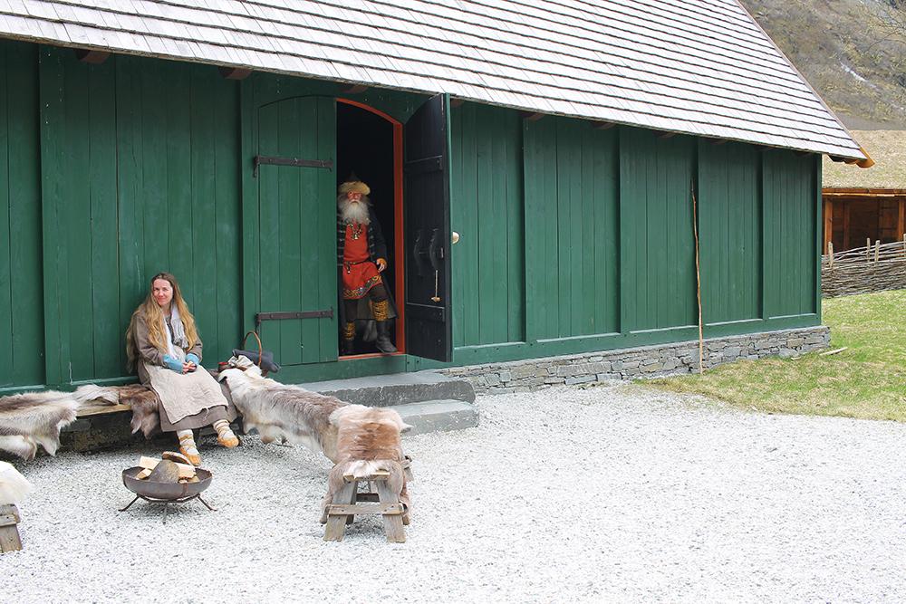 VELKOMMEN INN: Du kan gå inn i vikinghusene, og se hvordan vikingene hadde det hjemme. Dette er høvdingens hus. Foto: Reisebloggen Tenk Koffert
