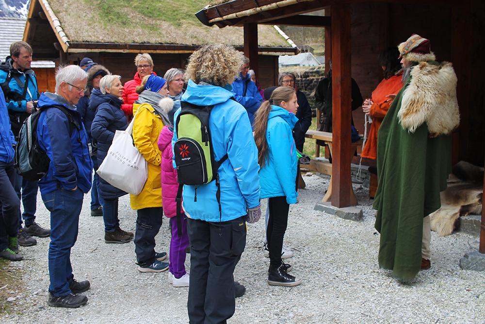 GUIDET TOUR: Det er mulig å få en guidet tur av en av vikingene, da får du absolutt best utbytte av besøket! «The Viking Experience» varer i 45 minutter og er inkludert i billettprisen. Foto: Reisebloggen Tenk Koffert