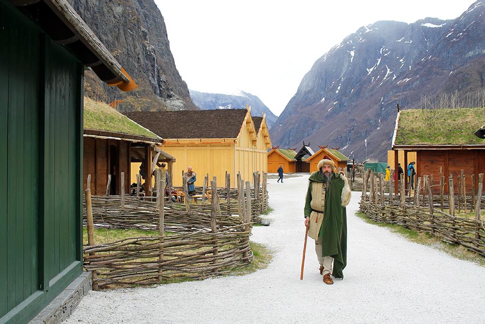 VIKING VALLEY: I landsbyen er det mange vikinger å se. De stiller gjerne opp for en prat. Foto: Reisebloggen Tenk Koffert