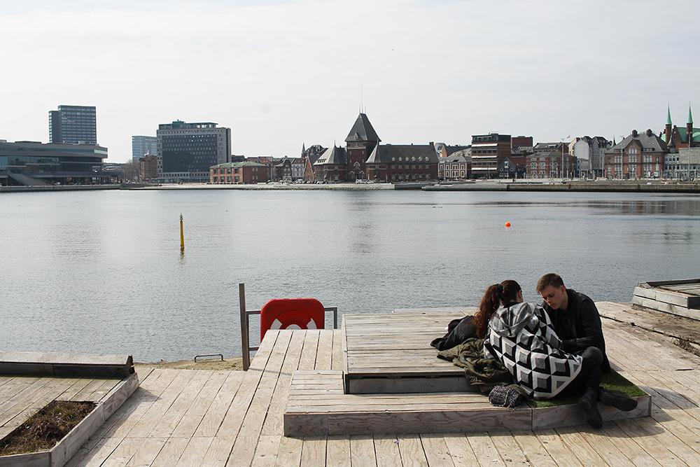 PÅ BRYGGEKANTEN: Det er fint å sitte utenfor Dome of Visions også. Fra bryggekanten har du utsikt over fine Aarhus. Foto: Tenk Koffert