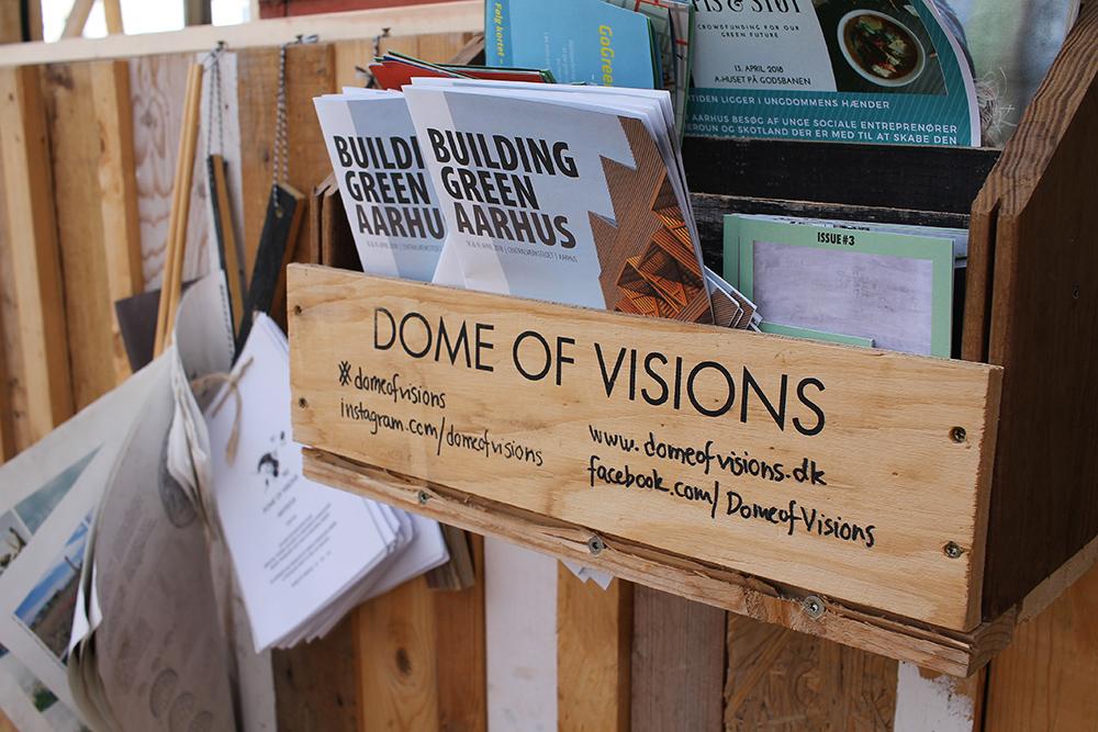 LESESTOFF: Her kan du lese om Dome of Visions og andre grønne prosjekter i Aarhus. Foto: Tenk Koffert
