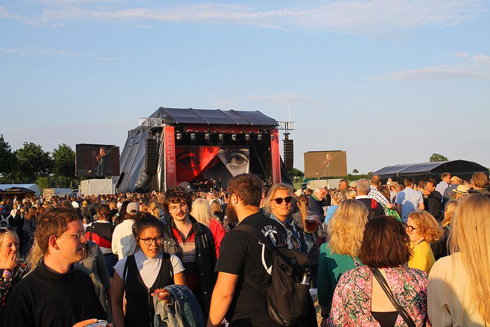 HEARTLAND: Når artistene spiller fyller det seg opp med folk foran scenen. Foto: Tenk Koffert