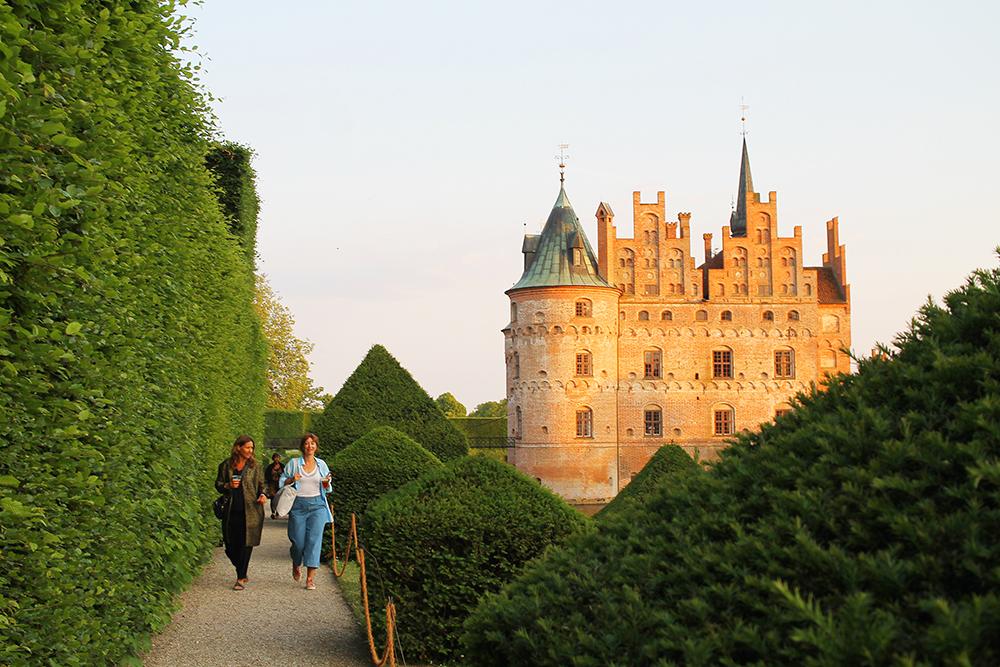 EGESKOV SLOTT: Bare det at festivalen ligger i hagen på et slott, tror jeg vil fascinere mange barn. Foto: Tenk Koffert