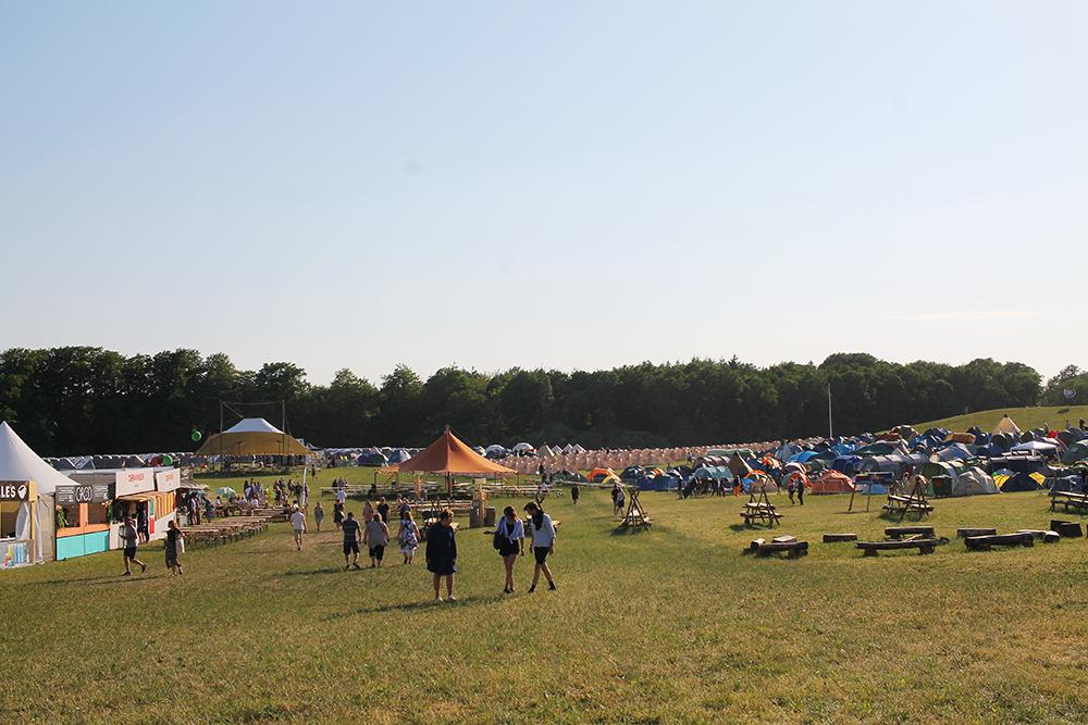 DREAMLAND: Et stort campingområde som ligger noen få meter fra selve festivalen. Foto: Tenk Koffert