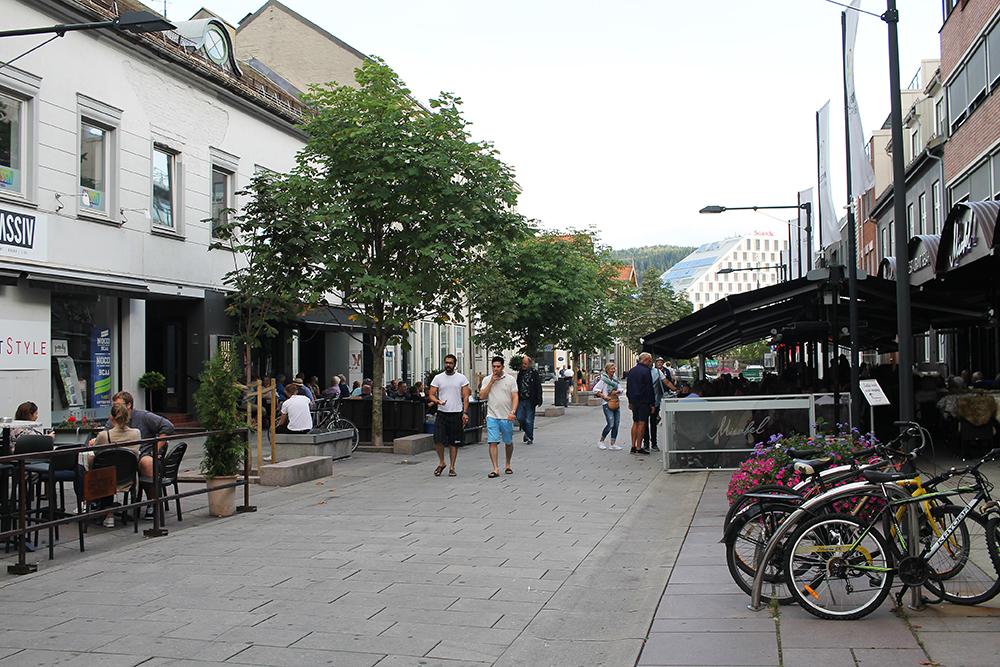 UTESTED I LILLESTRØM: Lille Strøm Bar ligger på venstre side, rett ovenfor restaurant Mirabel. Foto: Tenk Koffert