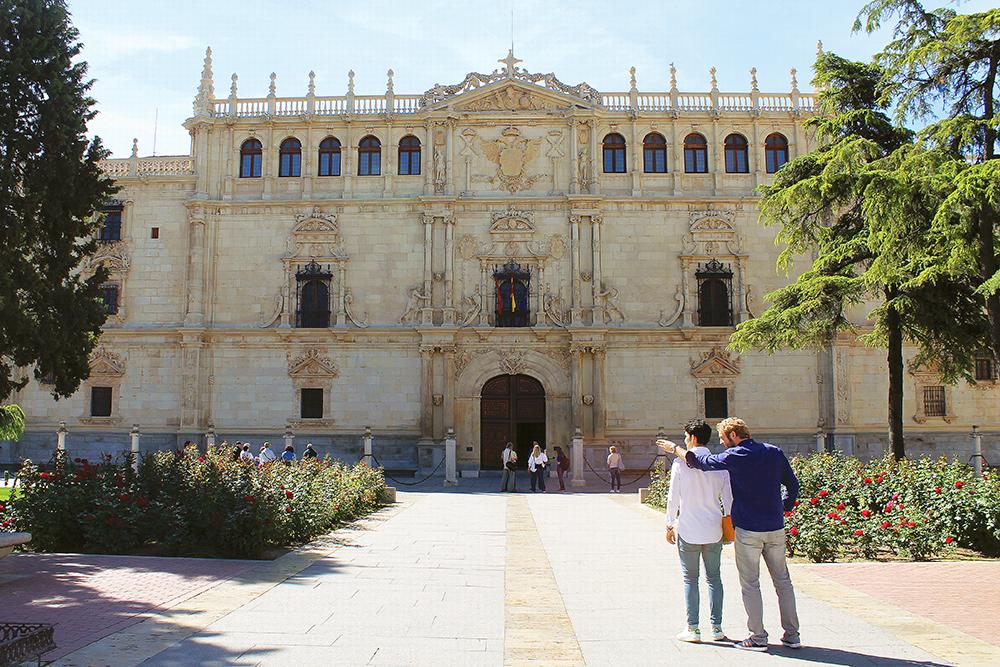 UNIVERSITETSBY: Det er mange studenter i Alcala. Det flotteste utdanningsbygget i byen er også det eldste. Se, så staselig! 😍 Foto: Reisebloggen Tenk Koffert