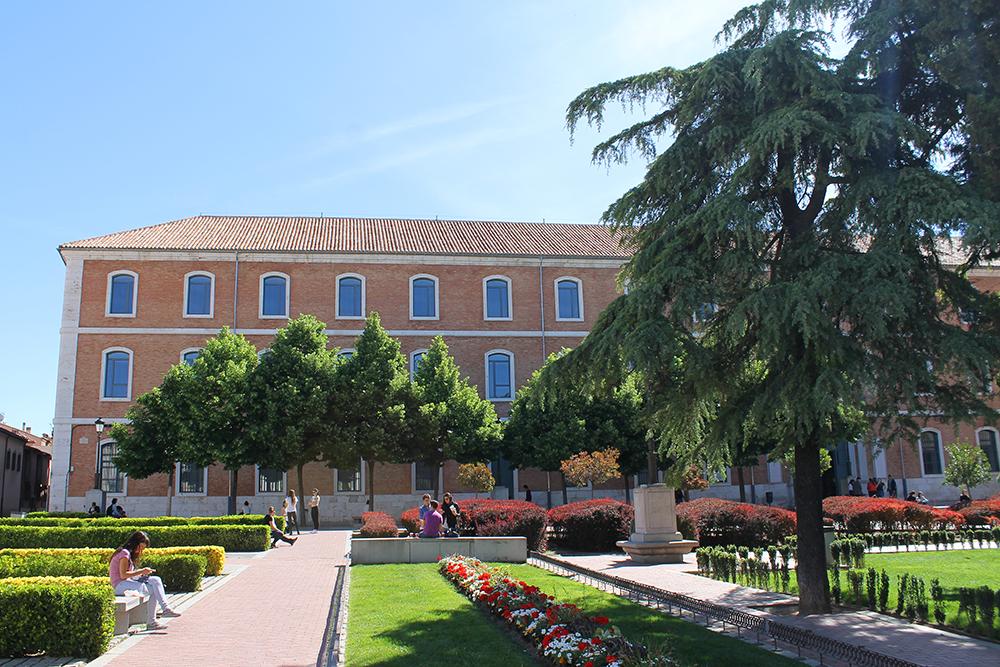 UNIVERSITETET I ALCALA DE HENARES: Temmelig fint i universitetets hage. Foto: Reisebloggen Tenk Koffert