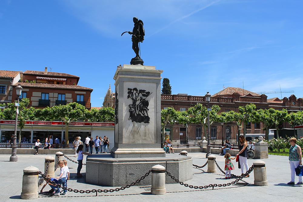 CERVANTES: På torget står en Cervantes-skulptur og vitner om byens store stolthet. Foto: Reisebloggen Tenk Koffert