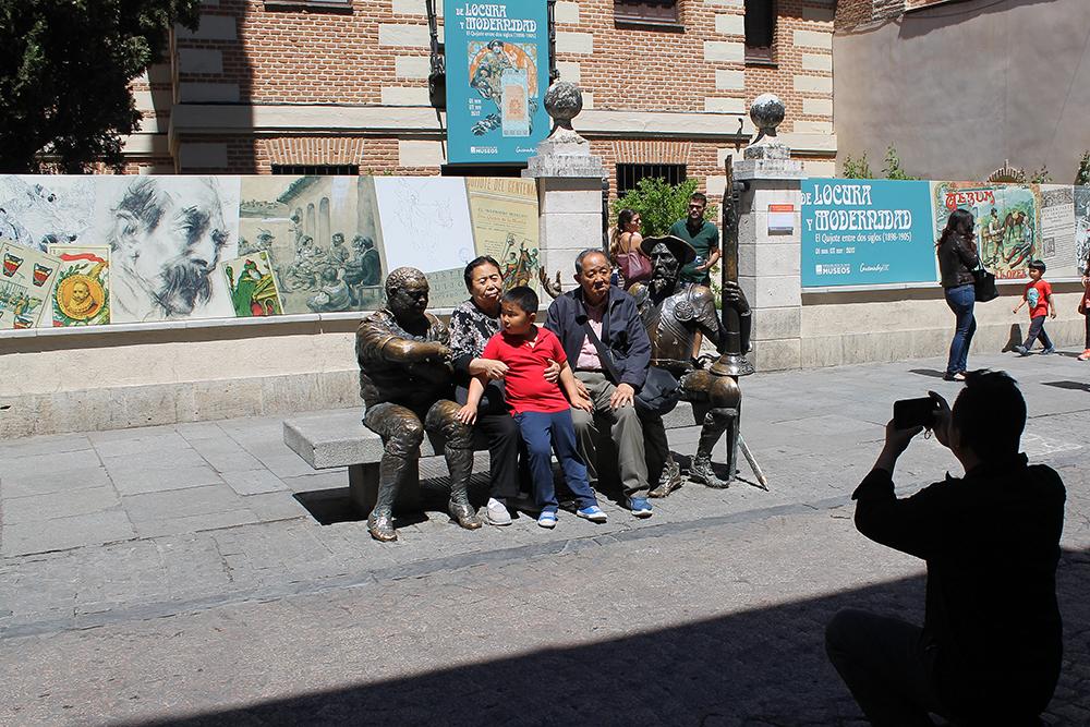 TURISTATTRAKSJON: Utenfor huset til den berømte forfatteren Miguel de Cervantes står en benk med en statue av den kjente litterære skikkelsen Don Quijote de La Mancha. Dette er et yndet fotosted for turistene. Foto: Reisebloggen Tenk Koffert