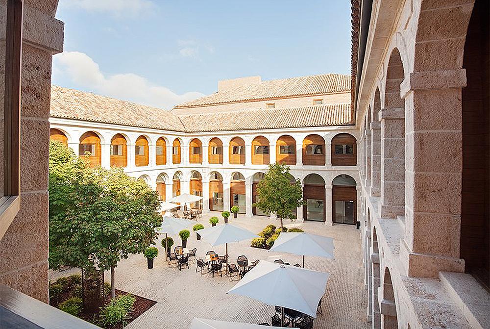 PARADOREN I ALCALA DE HENARES: Et utrolig flott hotell, som tidligere har vært både kloster og fengsel. Foto: Parador de Alcalá