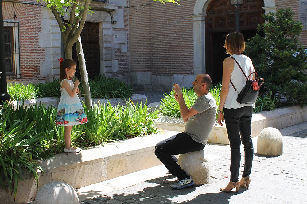 FINE FOLK: Folk i Alcala, og i Madridregionen forøvrig, er ofte svært velkledde. Se på denne jentas søte kjole! Foto: Reisebloggen Tenk Koffert