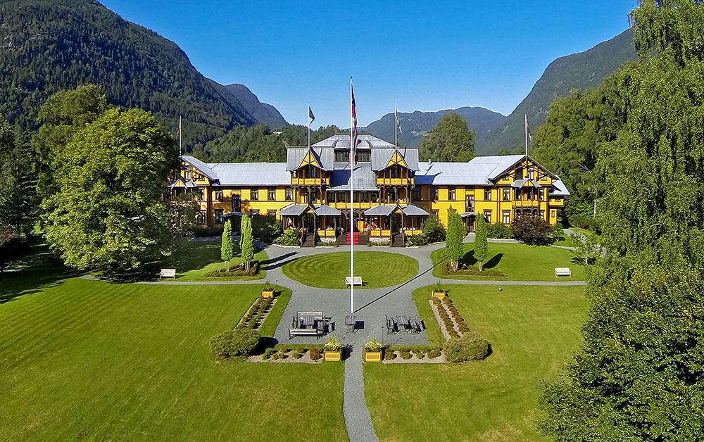 MEKTIG OG ÆRVERDIG: Hotellet er en av de største trebygningene i landet, og sto ferdig i 1894. Foto: Dalen hotell