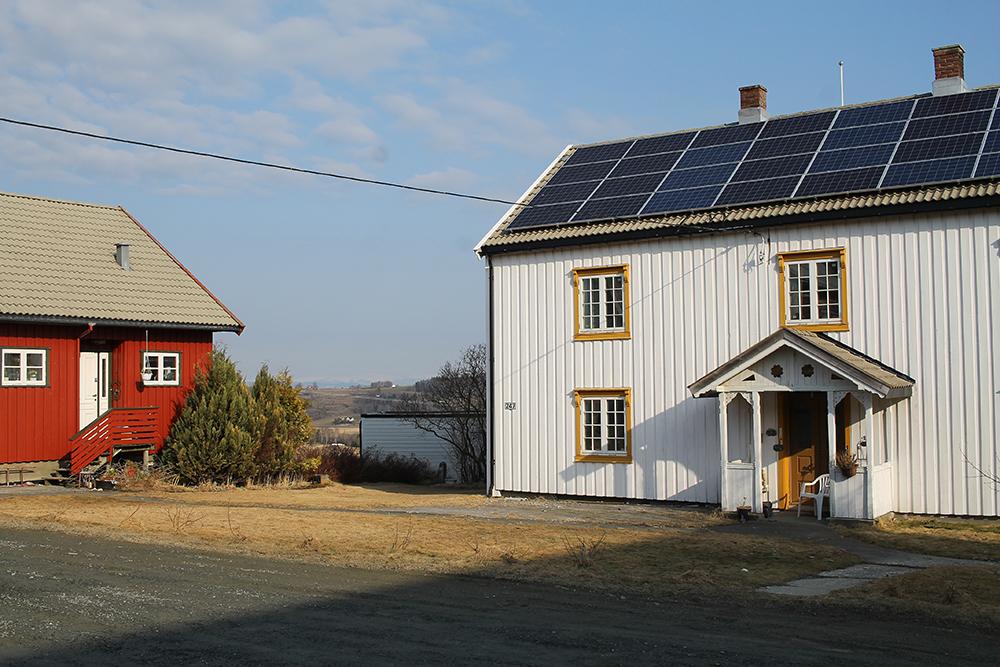 MUNKEBY HERBERGE: Trøndersk firkanttun med flere forskjellige bygg. Stabburet er fra 1681 , og det hvite huset fra 1823. Håkon og Sissel selv bor i det røde huset. Foto: Tenk Koffert