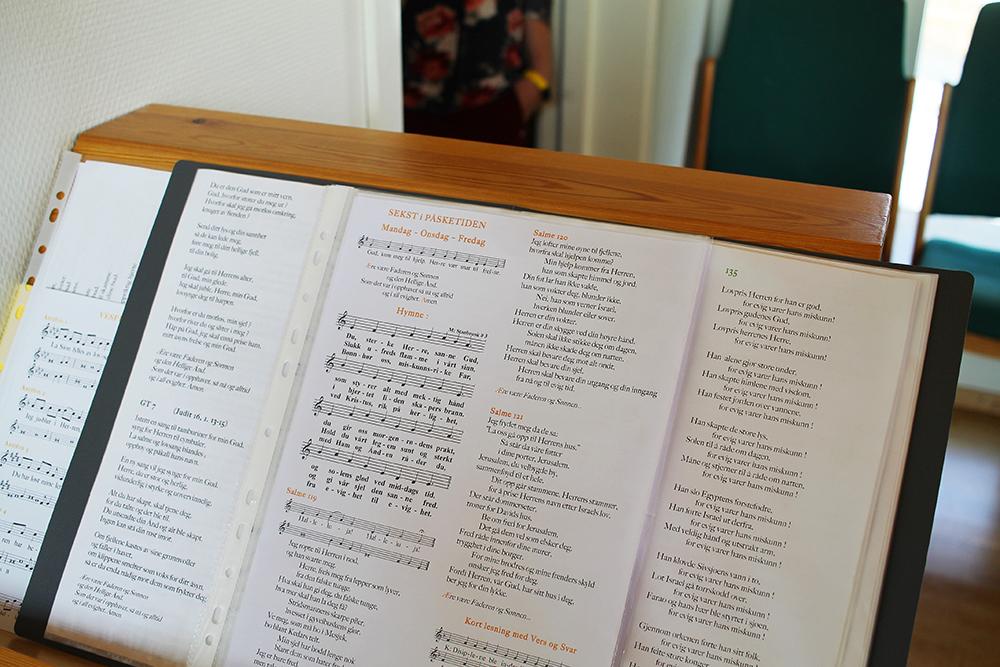 """SANG SOM UNDERHOLDNING: Bror Arnaud fortalte meg at han og de andre munkene pleide å ha en slags """"sing off"""" i kapellet. Da sitter de på hver sin side av rommet, tre på den ene siden og tre på den andre, og så synger de annenhvert vers til hverandre. Foto: Tenk Koffert"""