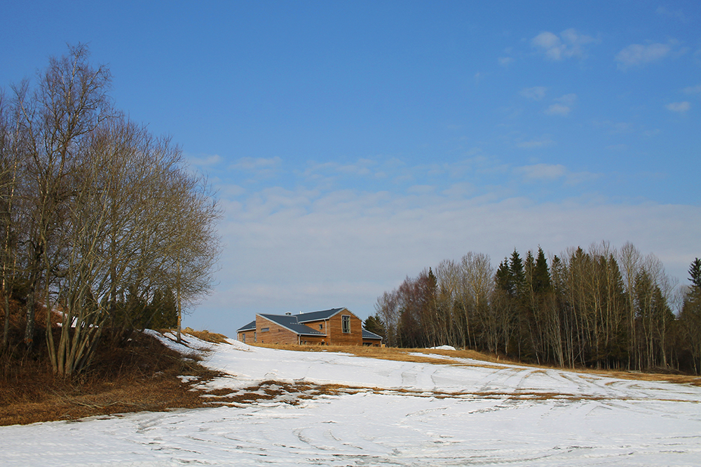 GJESTEHUSET: Munkene har bygget et gjestehus, det ligger rett ved siden av klosteret. Foto: Tenk Koffert
