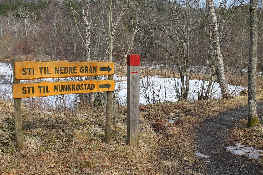 SKILTET: Fra Munkeby Herberge er det godt skiltet. Foto: Tenk Koffert