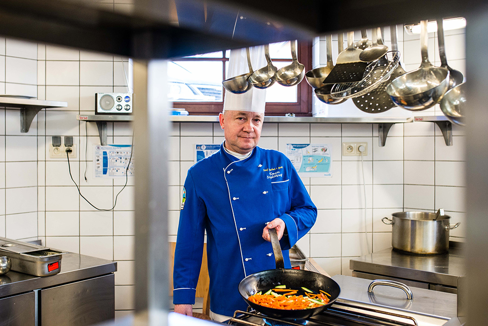 ZIELONA BRAMA: Tomasz Szydzikowski er kjøkkensjef her, og stolt av å servere tradisjonell, poslk mat på nytt, trendy vis. Foto: Tomas Sagan