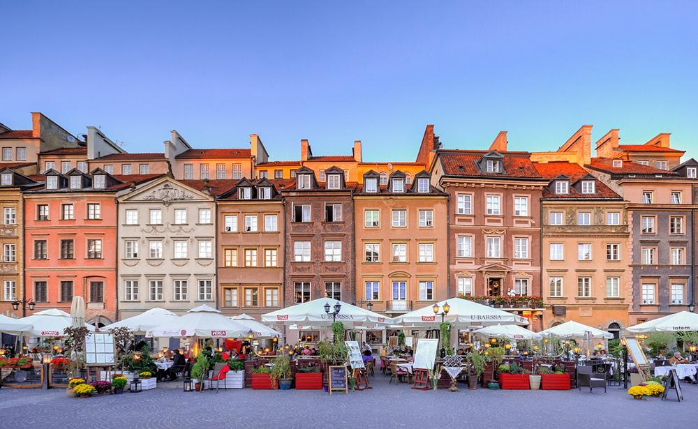 GAMLEBYEN: Veldig koselig å se hva de har i de mange bodene i Warszawas gamleby. Foto: pixaby