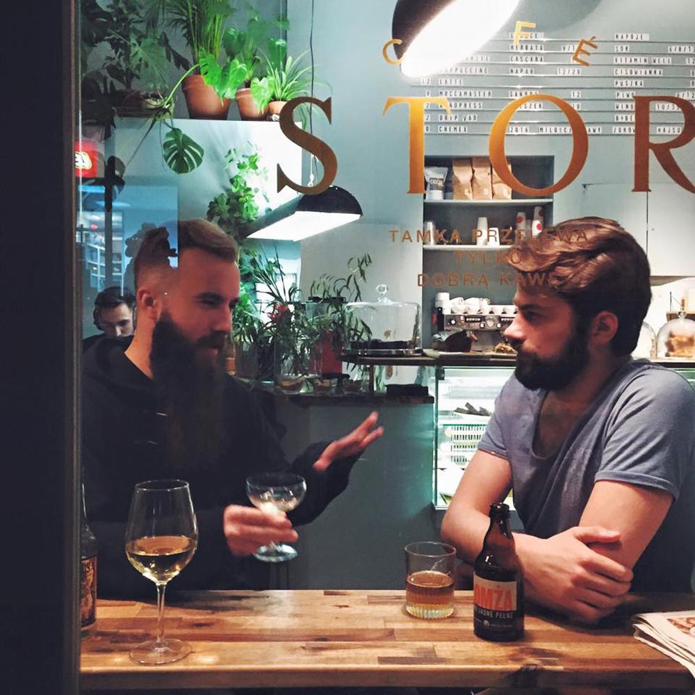 CAFE STOR: Warszawa har veldig mange bra kafeer og spisesteder. Disse karene nyter øl og vin hos Café Stor – verdt et besøk.  Se Facebook-siden her.  Foto: Facebook