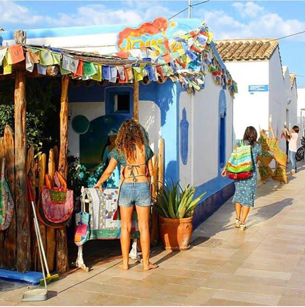 HIPPIE LIFE: Formentera. 🏝💕 Ibizas rolige søster, hvor stress er et fremmedord, sola skinner, vannet er krystallklart og menneskene har en herlig hippie-holdning til livet. 🙌 Foto: Tenk Koffert