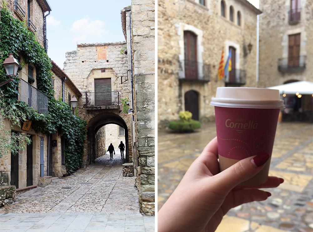 PERATALLADAS: En vandring gjennom Peratalladas labyrintlignende trange smug og gater er en opplevelse i seg selv. Over alt er vakre steinhus med klatreplanter og små fortauskafeer. Tusle rundt, nyt en «café con leche» og øyeblikket. ☺️☕️ Foto: Tenk Koffert