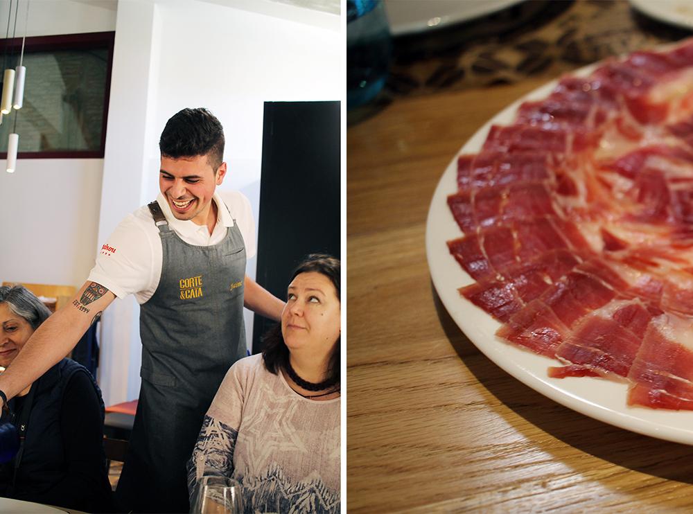 CORTE Y CATA: Polina fra Russland er i Salamanca for første gang. Her følger hun med på hva den blide kelneren i restauranten har å si om vinen som serveres. Foto: Tenk Koffert