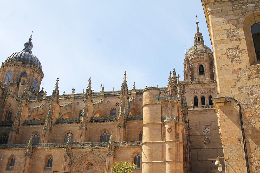 KATEDRALEN: Katedralen sto ferdig i år 1733, men byggingen startet allerede i år 1513. Denne er fantastisk å se på utenfra, men du bør absolutt gå inn og se hvor fint det er der og. Foto: Tenk Koffert
