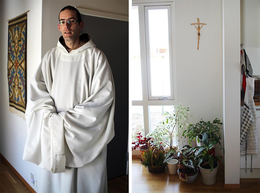 MUNK: Bror Arnaud er en mild, hyggelig og ydmyk mann. Jeg synes det var så fint å treffe han. Da vi snakket sammen, satt vi på munkenes sparsommelig innredede kjøkken. Foto: Tenk Koffert