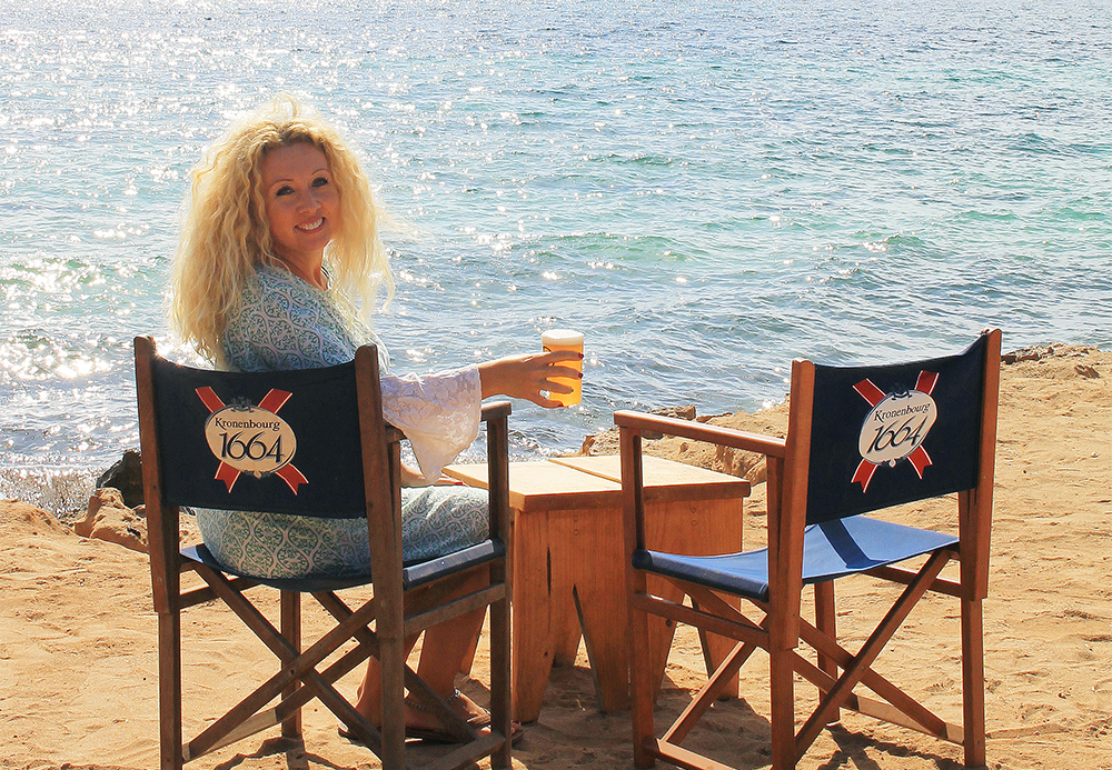 KIOSKO 62: Vibeke tar seg en øl i sola. Foto: Tenk Koffert