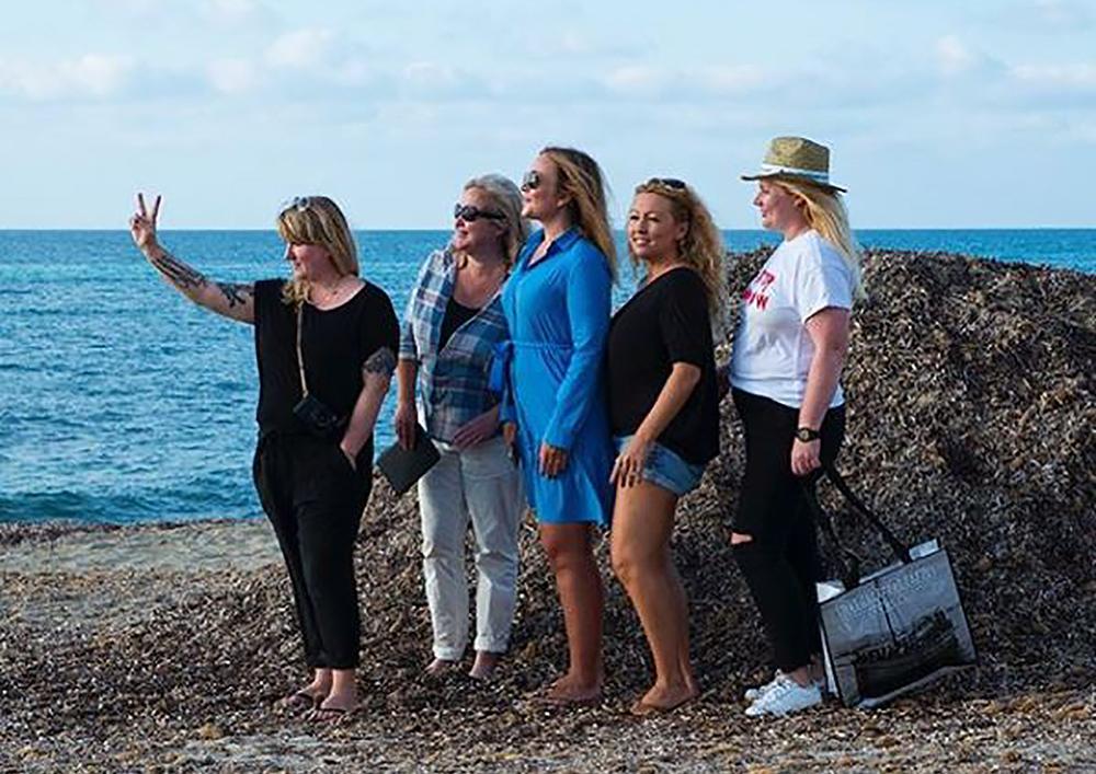 FORMENTERA FRIENDS: Her er jeg og reisefølget jeg hadde til Formentera. Hvis mediebransjen går helt ad undas, vurderer jeg ny karriere i musikkindustrien. ✌️ Jenteband-poseringen er allerede i boks, mangler bare sangstemmen. Foto:  Vibeke Montero/Borte Best